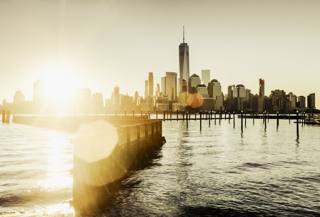 Vereinigte Staaten, USA, New Jersey, Die Skyline von Lower Manhattan mit One World Trade Center und Freedom Tower bei Sonnenaufgang